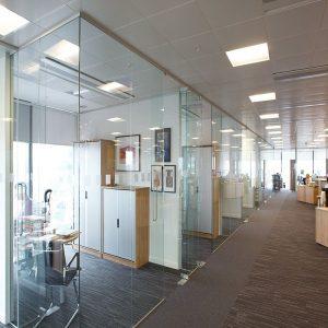 Sử dụng vách kính cường lực cho văn phòng tràn ngập năng lượng