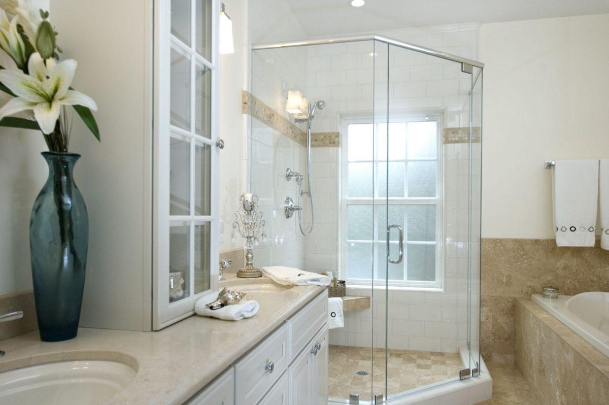 mẫu vách kính nhà tắm vát góc 135 độ