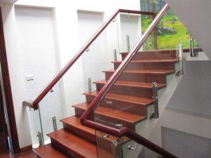Cầu thang gỗ kính cường lực tạo nét sang trọng cho ngôi nhà hiện đại