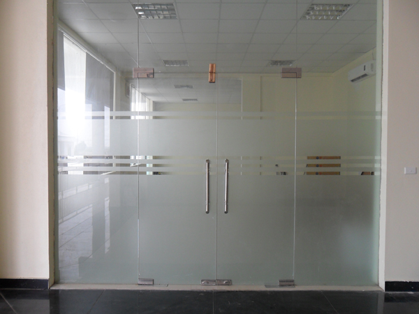 mẫu cửa kính thủy lực văn phòng