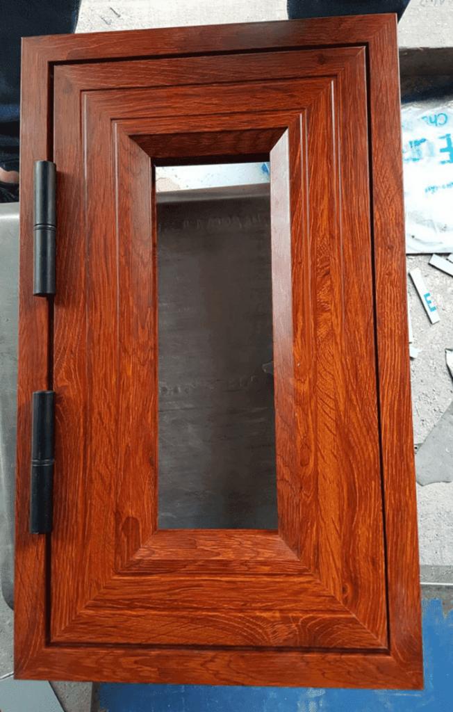 Mẫu cửa sổ nhôm kính vân gỗ đẹp