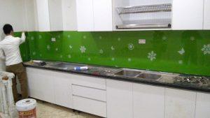 Hướng dẫn lựa chọn kính màu ốp bếp hoa văn cho nhà bếp chung cư