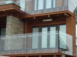 Vì sao bạn nên lắp đặt lan can kính cường lực cho ban công nhà phố?