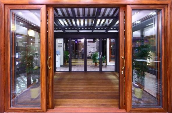 Nên chọn mua cửa kính lùa 4 cánh khung gỗ tự nhiên hay gỗ công nghiệp?