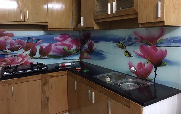 Vì sao bạn nên sử dụng kính màu ốp bếp hoa văn tại nhà?
