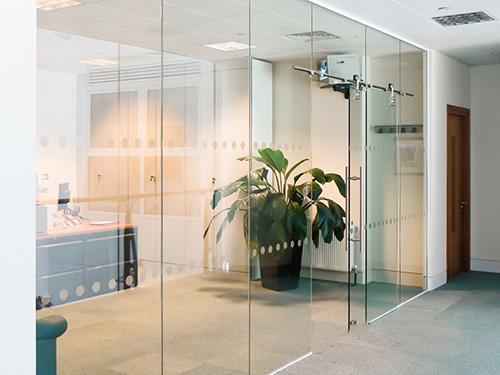 Vách kính văn phòng cửa lùa